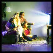 familia mirando la television