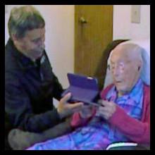Mujer centenaria engaña a Facebook para crearse un perfil